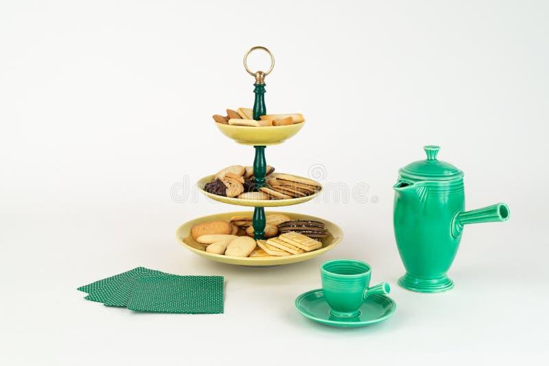 Plateau antique de serveur à trois niveaux avec un assortiment de biscuits et pot de café photographie stock libre de droits