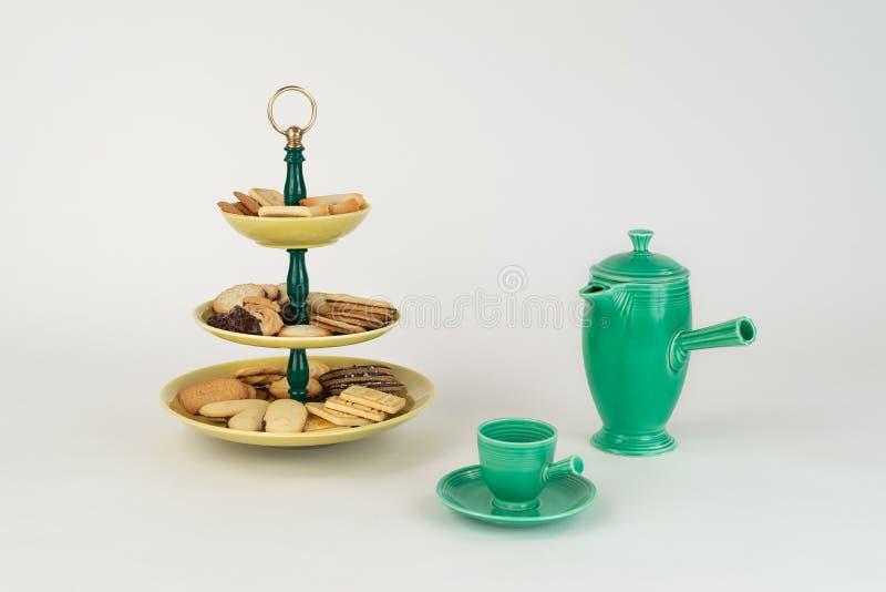 Plateau antique de serveur à trois niveaux avec un assortiment de biscuits et pot de café photos libres de droits