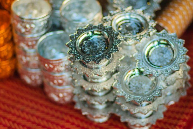 Plateau argenté fait main de beau style thaïlandais avec le piédestal pour SA photo libre de droits