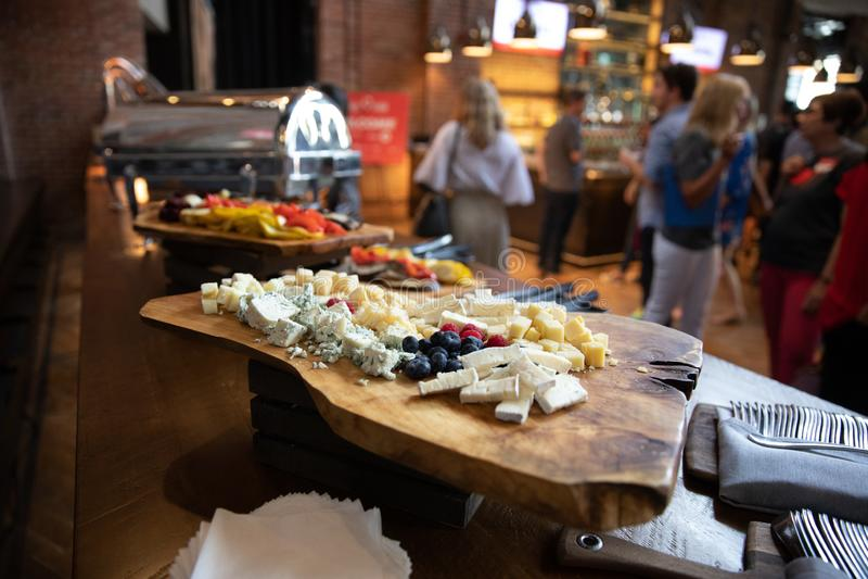 Plateau assorti approvisionné de fromage à un banquet de buffet photographie stock libre de droits
