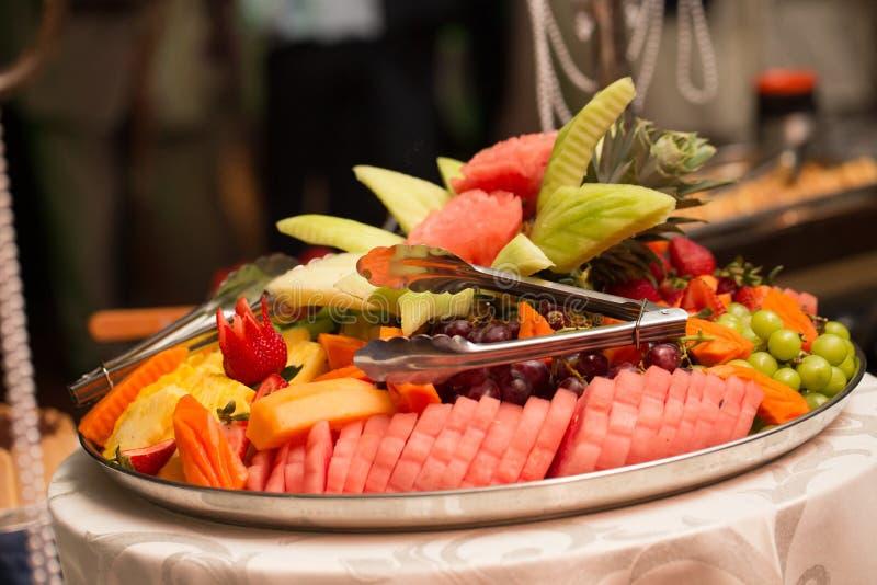 Plateau assorti de fruit à un banquet approvisionné photographie stock