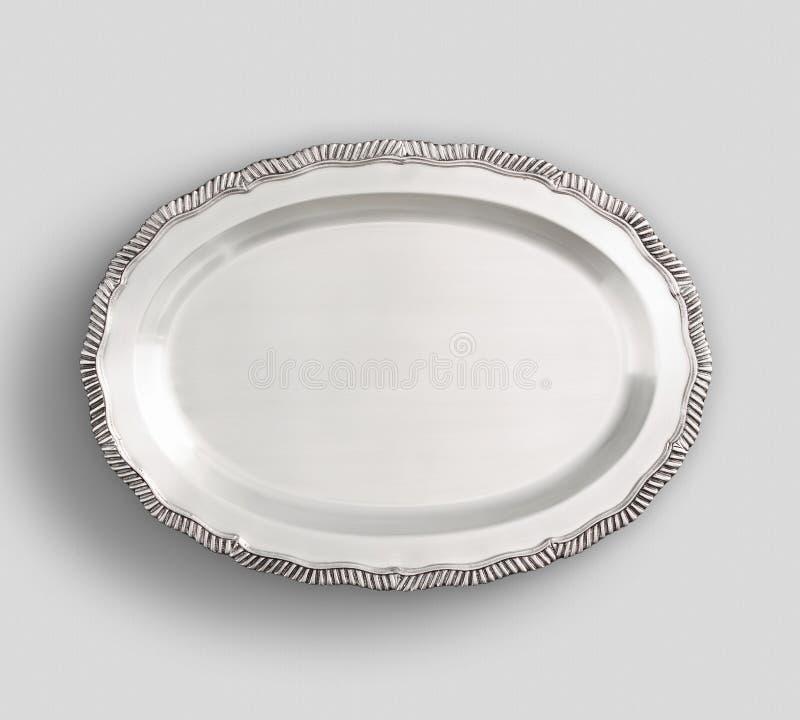 Plateau aux pieds ovale de plat argenté avec le fond blanc image libre de droits