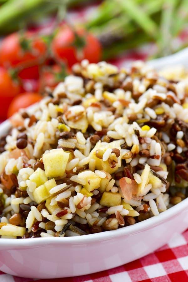 Plateau avec de la salade de lentille et de riz image stock