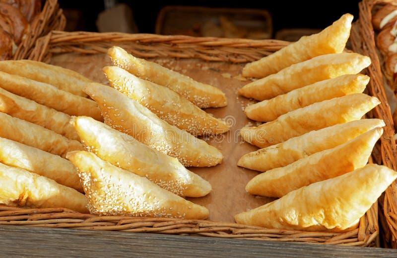 Plateau avec des chiffres d'affaires de pâte feuilletée sur l'étalage de boulangerie image stock