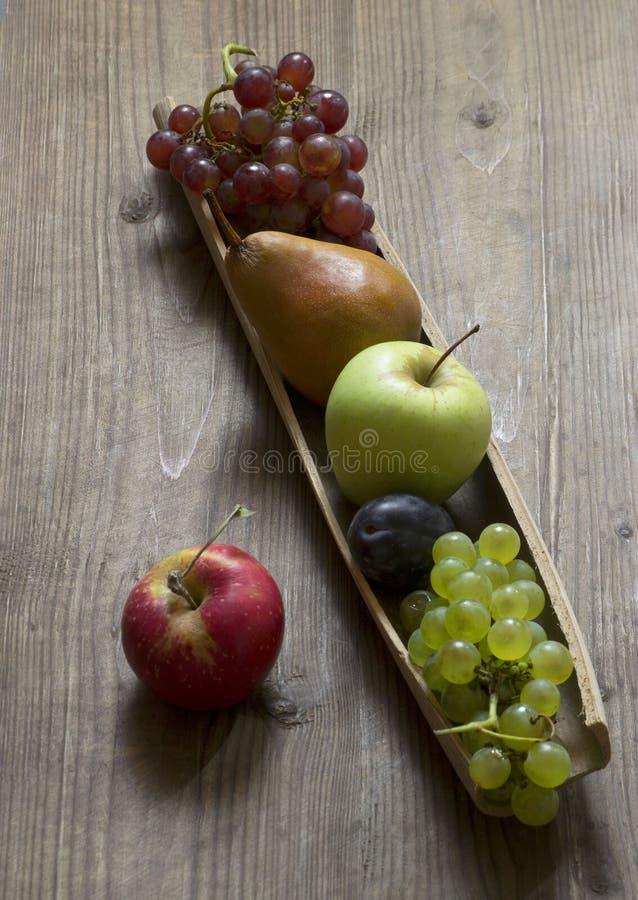 Plateau avec des fruits d'automne photos libres de droits