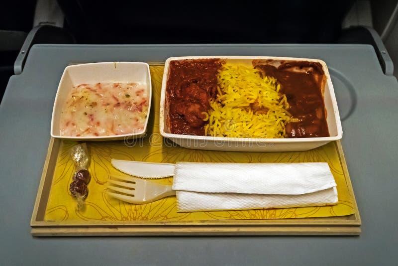 Plateau avec la nourriture délicieuse sur l'avion, images stock