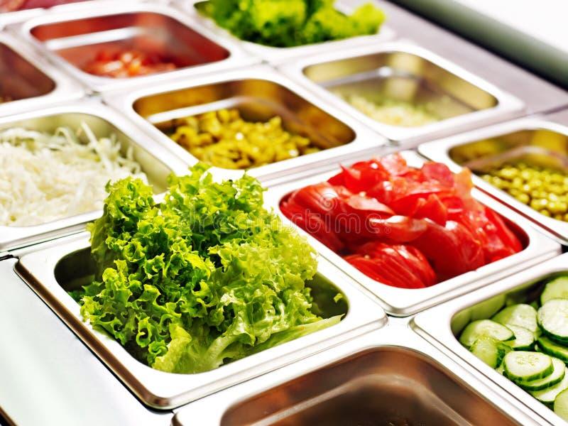 Plateau avec la nourriture sur l'étalage au cafétéria images stock