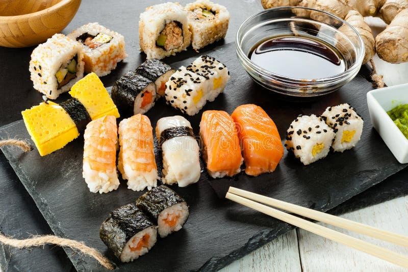 Plateau d'ardoise des sushi assortis image stock