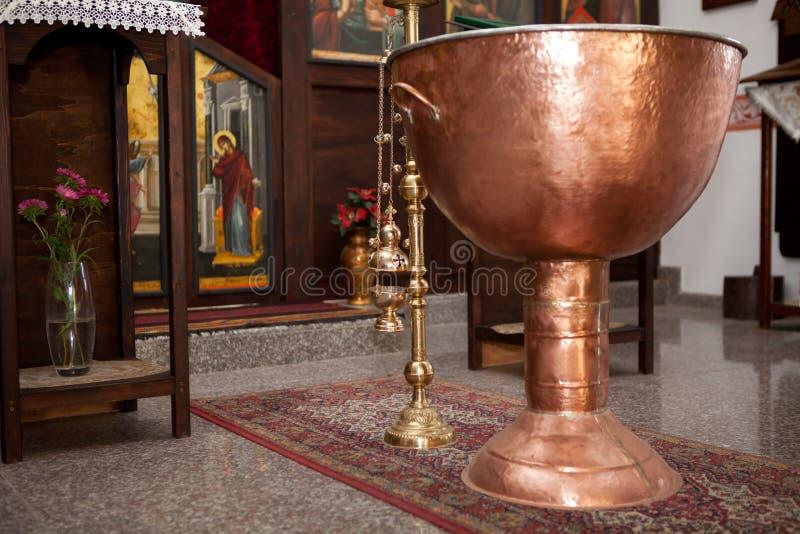 Plateau de cuivre pour la cérémonie de baptême orthodoxe bulgare images stock