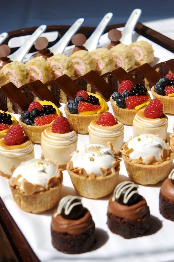 Plateau de dessert assorti image stock