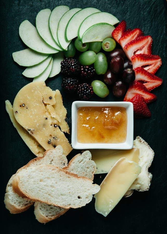 Plateau de fromage, de pain et de fruit, vertical images stock