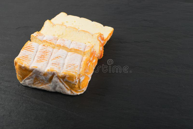 Plateau de fromages avec la fin jaune découpée en tranches de fromage  images libres de droits