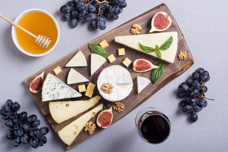 Plateau de fromages avec le parmesan, le camembert et le dorblu de brie de fromage Nourriture sur le conseil en bois photos stock