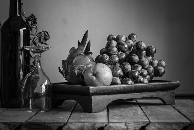 Plateau de fruit avec noir et blanc images stock