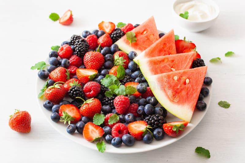 Plateau de fruit et de baie avec du yaourt au-dessus du blanc myrtille, paille photos stock
