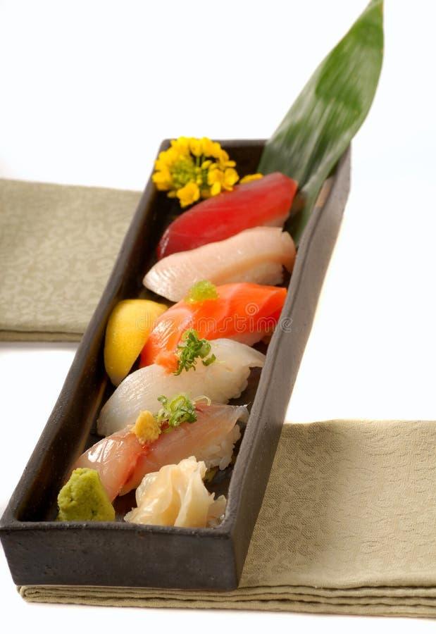 Plateau de nigiri asiatique de sushi avec le citron photo stock