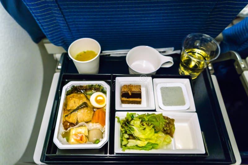 Plateau de nourriture sur l'avion image stock