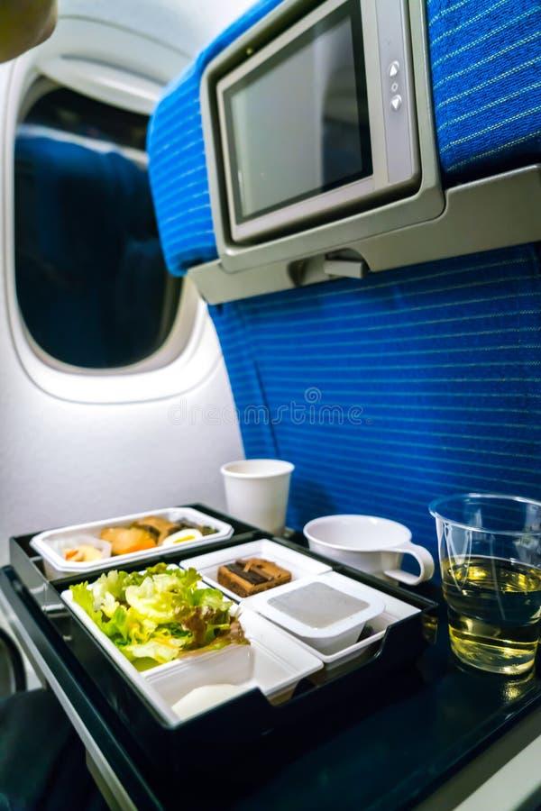 Plateau de nourriture sur l'avion photos libres de droits