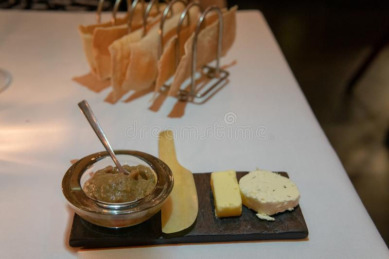 Plateau de pain avec l'assortiment de fromage photo stock