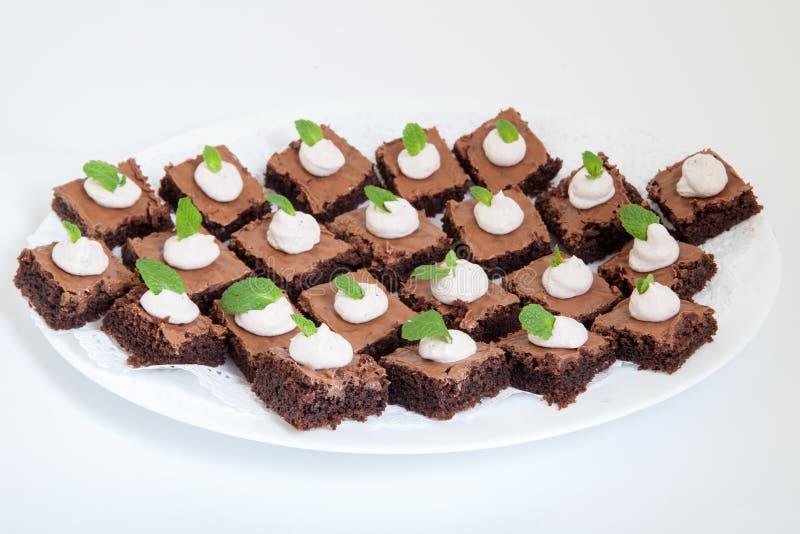 Plateau de partie avec de petits gâteaux de chocolat photo libre de droits