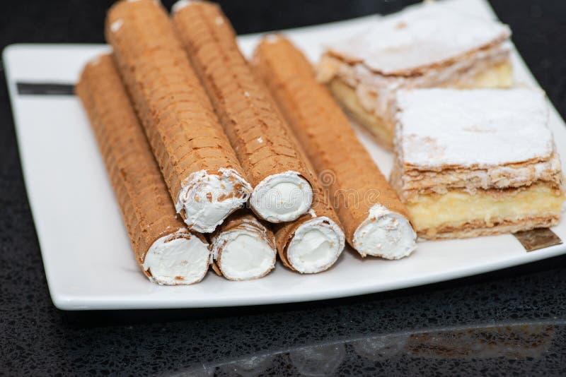 Plateau de partie avec les desserts doux disposés d'une boulangerie sur la table de banquet aux affaires ou à épouser le lieu de  image stock