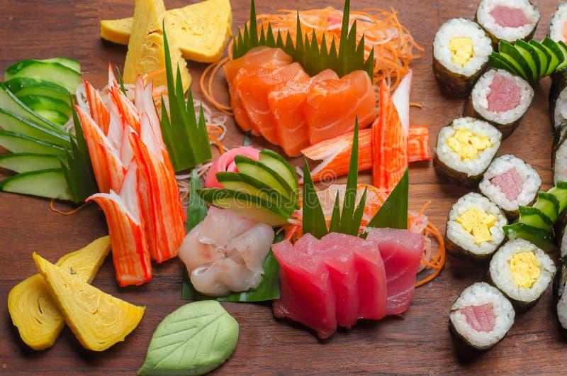 Plateau de sushi sur un conseil en bois images libres de droits