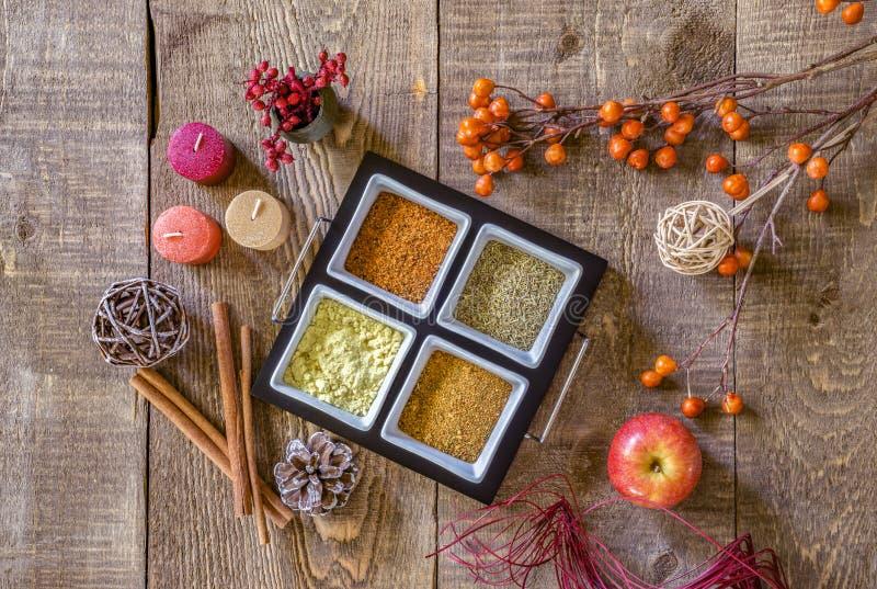 Plateau des épices d'automne dans des couleurs terreuses sylvatiques sur l'étiquette en bois rustique photo libre de droits