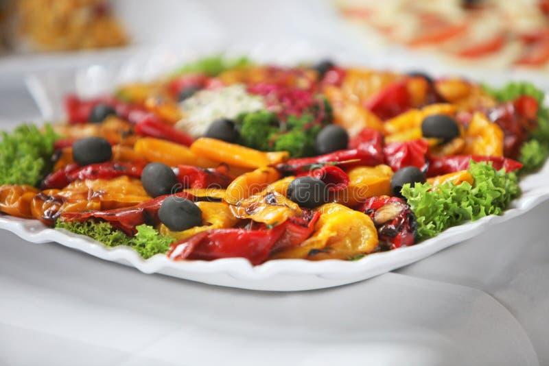 Plateau des légumes colorés sur un buffet photo libre de droits