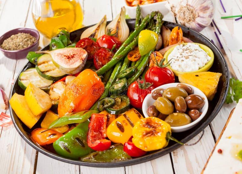Plateau des légumes grillés sur le Tableau de pique-nique image stock
