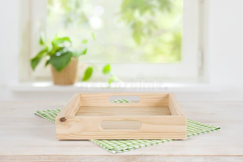 Plateau en bois vide sur la table au-dessus du fond brouillé de fenêtre d'été photos libres de droits