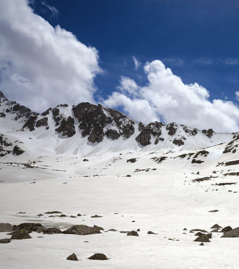 Plateau ensoleillé de Milou avec les pierres et le ciel nuageux bleu photographie stock
