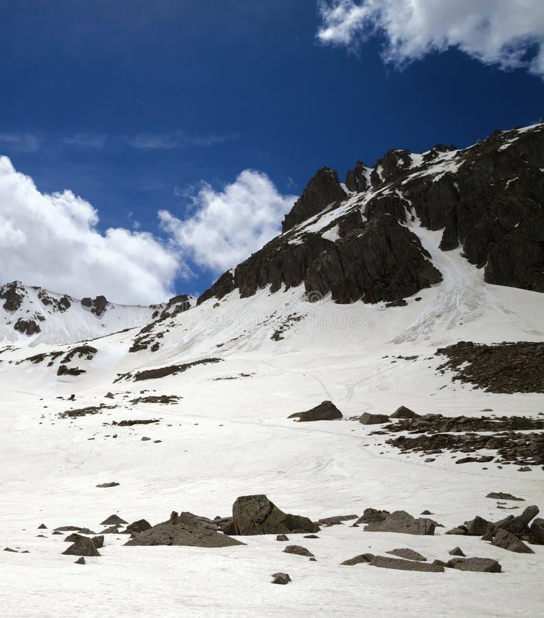 Plateau ensoleill? de Milou avec les pierres et le ciel nuageux bleu photo libre de droits