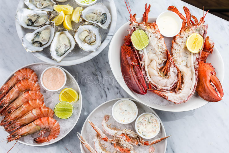 Plateau frais de fruits de mer avec le homard, les moules et les huîtres image libre de droits