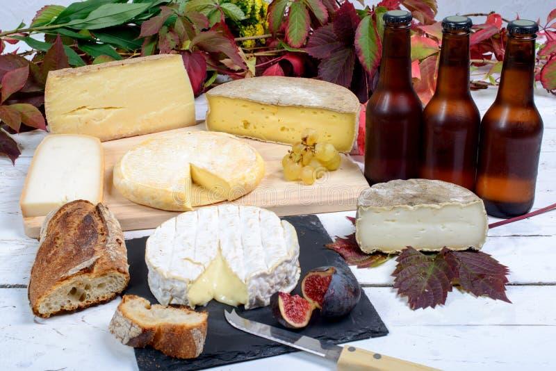 Plateau français de fromage avec de la bière image libre de droits