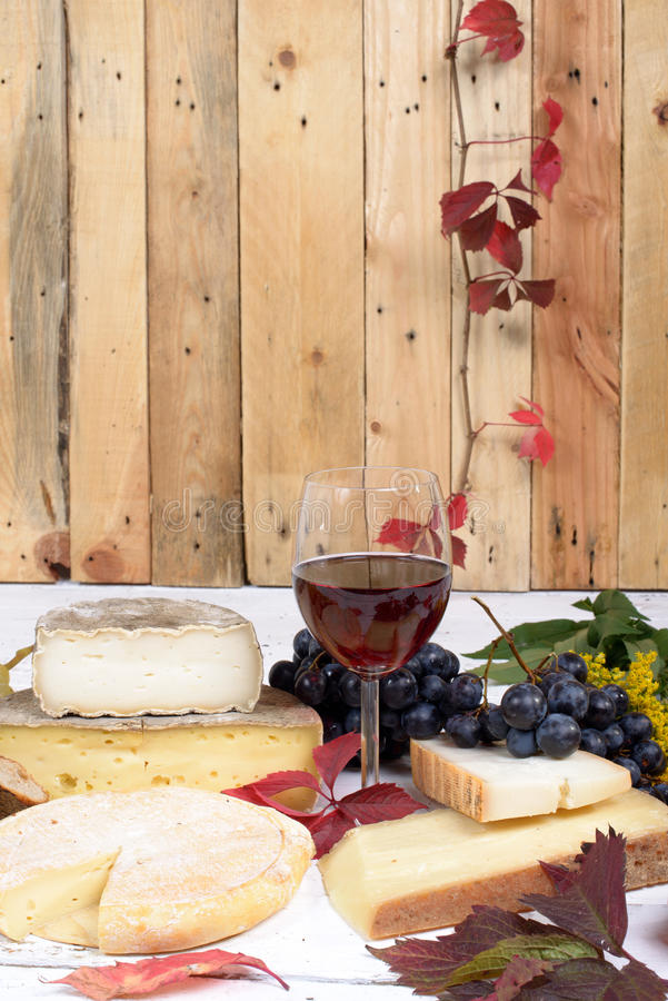 Plateau français de fromage avec du vin image libre de droits