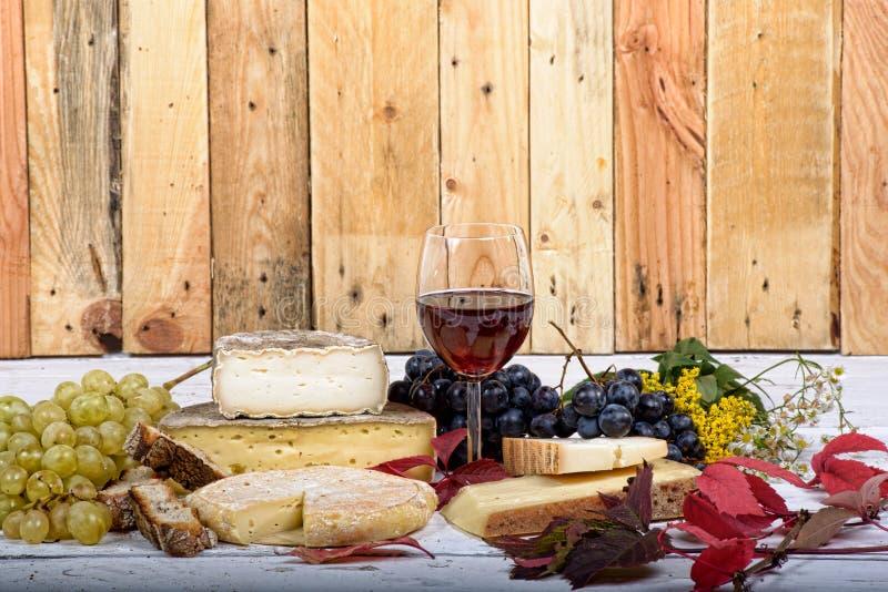 Plateau français de fromage avec du vin photos stock