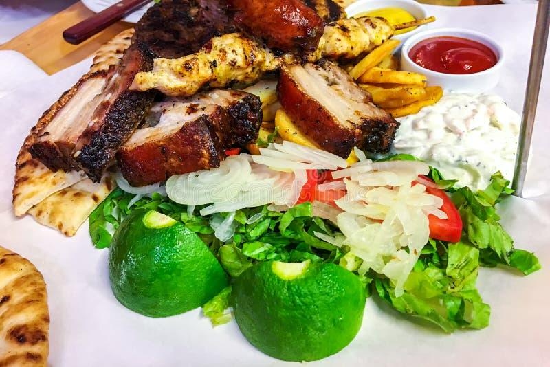 Plateau grillé mélangé de viande images stock
