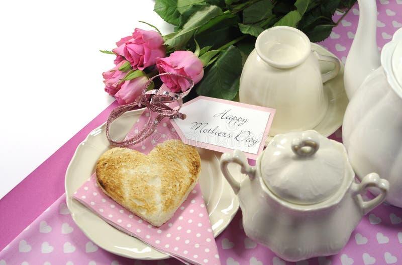 Plateau heureux de petit déjeuner de jour de mères de thème rose avec l'espace de copie images stock