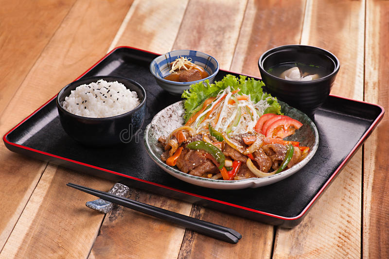 Plateau japonais de repas avec du riz, la soupe et le boeuf sauté avec de la salade images libres de droits