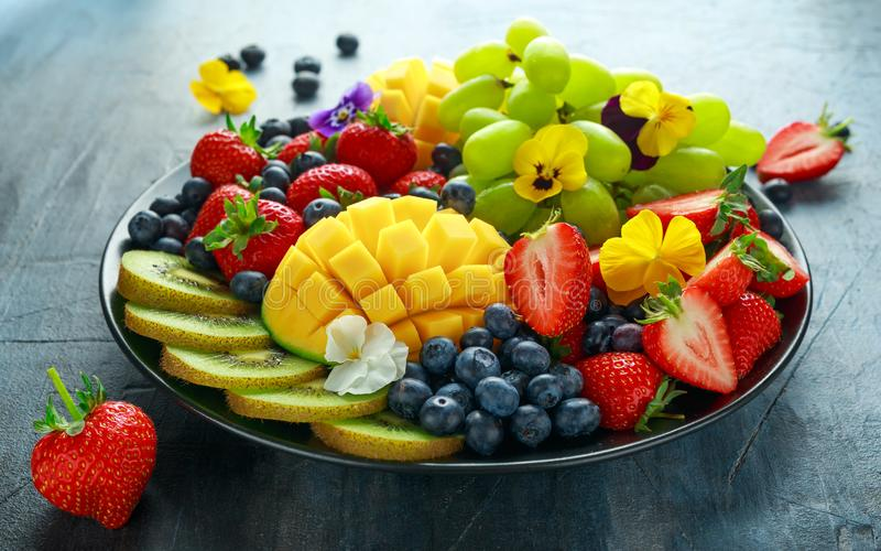 Plateau mélangé coloré de fruit avec la mangue, la fraise, la myrtille, le kiwi et le raisin vert Nourriture saine image libre de droits
