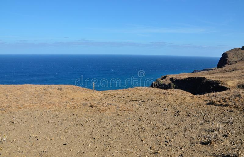Plateau par la falaise image stock
