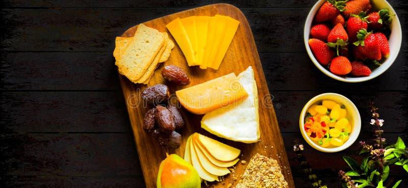 Plateau plat de fruit de panneau de fromage de vue supérieure de configuration images stock