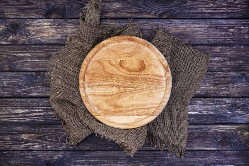 Plateau rond pour la pizza sur la table en bois foncée Vue supérieure Copiez l'espace photographie stock