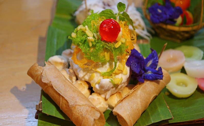 Plateau traditionnel moderne thaïlandais coloré et exquis de bonbons photographie stock libre de droits