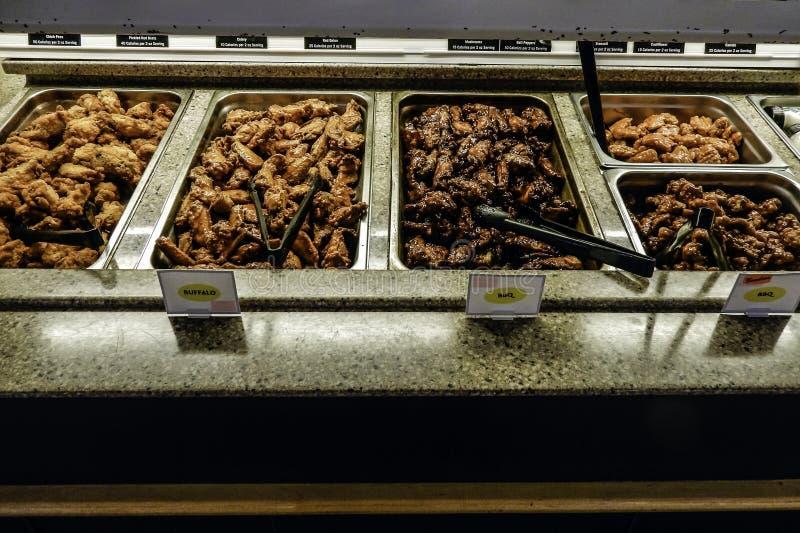 Plateaux assortis des ailes de poulet de barbecue photographie stock