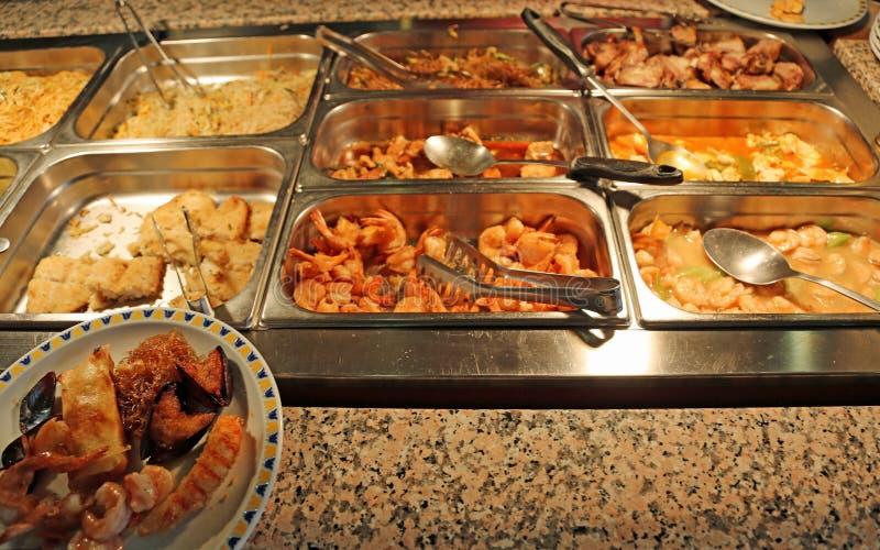 Plateaux avec la nourriture frite dans un restaurant chinois images libres de droits
