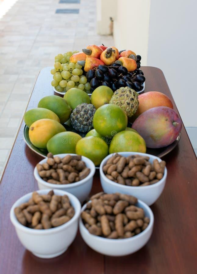 Plateaux brésiliens frais et arachides de fruit tropical image stock