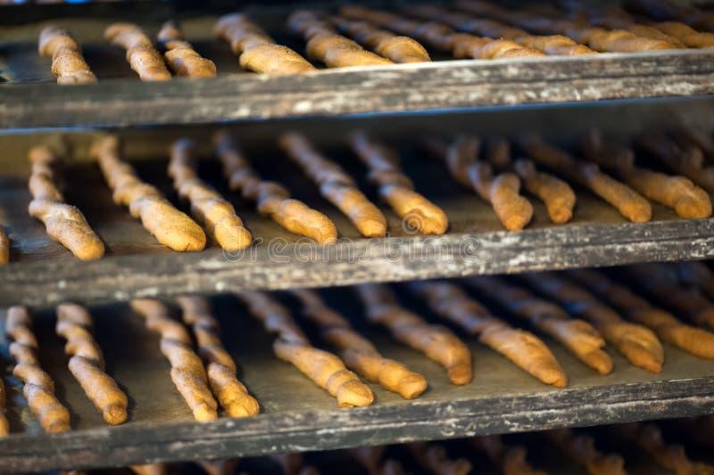 Plateaux de cuisson avec des gressins photographie stock libre de droits