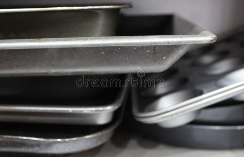 Plateaux de cuisson pendant des jours photographie stock