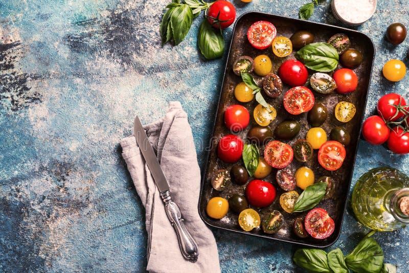 Plateaux de différentes tomates-cerises fraîches de couleur prêtes à séché au soleil photos libres de droits
